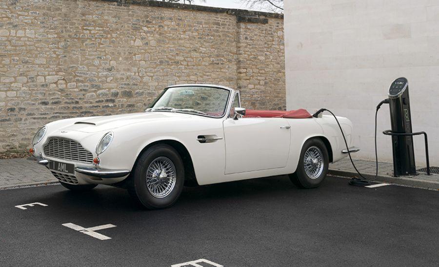 Aston Martin saca una conversión eléctrica reversible para sus clásicos